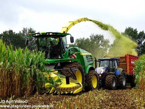 Foto van een John Deere 8400i (hakselaar), Loonbedrijf ten Voorde uit Terwolde aan het mais hakselen. ZIE OOK DE VIDEO  https://youtu.be/8iU0af1N08M