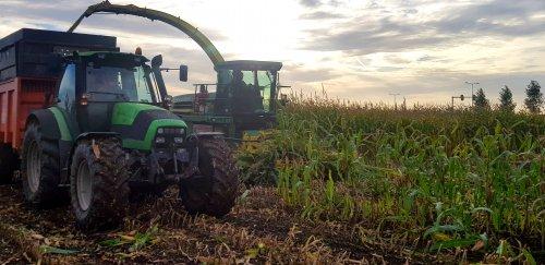 Foto van een John Deere 7400 (hakselaar). Geplaatst door GROENEDEERE op 23-09-2018 om 10:59:01, op TractorFan.nl - de nummer 1 tractor foto website.