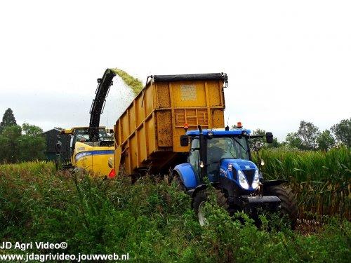 Foto van een New Holland FR 550 (veldhakselaar), Loonbedrijf Kievit uit Deil aan het mais hakselen. ZIE OOK DE VIDEO  https://youtu.be/-3RSmA5AXEg