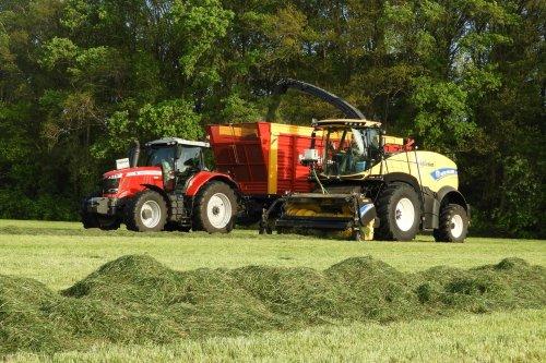 Gras hakselen  https://youtu.be/-G8BC-7io8Q. Geplaatst door pekkerietfan op 05-06-2019 om 22:49:21, op TractorFan.nl - de nummer 1 tractor foto website.