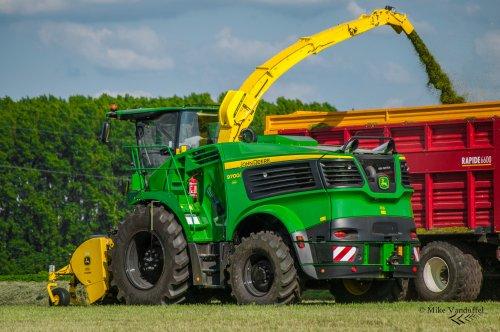 De nieuwe 9000-serie hakselaar voor Gebr. Bogers afgeleverd en meteen in het gras mogen vliegen!  John Deere 9700i met 639 Premium pick-up Loonbedrijf gebr. Bogers - Woensdrecht (NL)  Binnenkort meer op [url=http://agrofotografie.be/]Agrofotografie.be[/url]