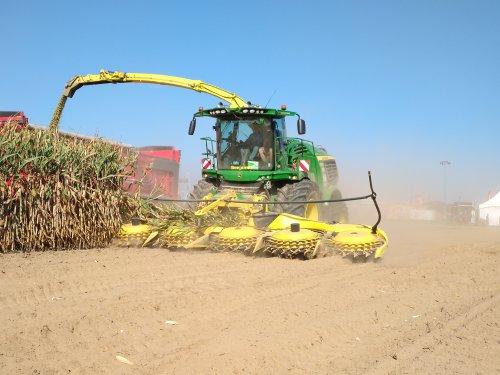 Foto van een John Deere 9700 (hakselaar) Werktuigendagen Oudenaarde 2019. Geplaatst door XC 70 op 22-09-2019 om 15:28:54, op TractorFan.nl - de nummer 1 tractor foto website.