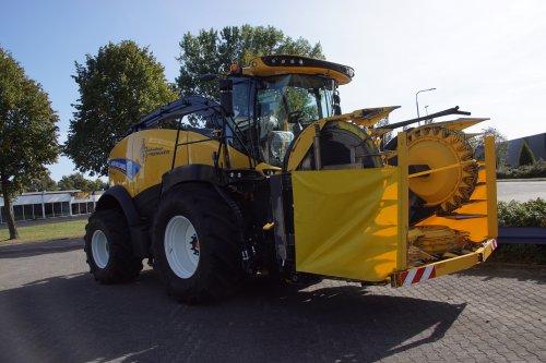 Foto van een New Holland FR 550 (veldhakselaar). Geplaatst door jans-eising op 03-10-2019 om 21:41:14, op TractorFan.nl - de nummer 1 tractor foto website.
