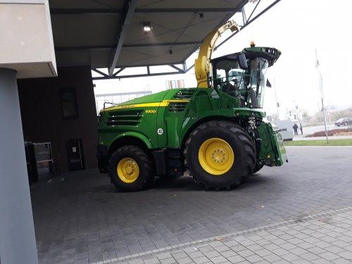 Foto van een John Deere 8300i (hakselaar). Geplaatst door steyrlanzboy op 29-11-2019 om 07:02:43, op TractorFan.nl - de nummer 1 tractor foto website.