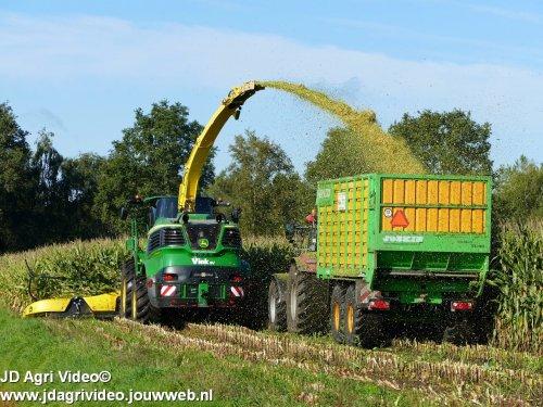 Foto van een John Deere 9800 (hakselaar) , loonbedrijf Vink BV uit Dwingeloo aan het mais hakselen. ZIE OOK DE VIDEO  https://youtu.be/SBwHrPPsygA