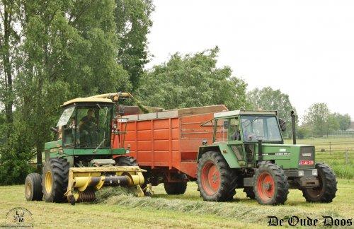 Een prachtig team in de Vlaamse velden die we dit jaar terug aan het werk zagen. In 2016 was deze John Deere 5820 met maïs uitrusting te zien op de eerste Oldtimer maïs hakseldag van België.  Hij ondernam een ganse reis van Deerlijk naar Oostwinkel toen.  Anno 2019 blijft hij op zijn getrouwe adres in Deerlijk, waar men dit voorjaar het gras hakselde met zijn trouwe metgezellen. Een Fendt Favorit 610 LS met de laatst nieuwe aanwinst, een zelfbouw silagewagen die voorheen diende bij loonbedrijf Verkest uit Kluisbergen.  Naast de Fendt was er ook nog een Ursus 1224 die ook een zelfbouw silagewagen mee had.  Meer zien? Dat kan op http://www.deoudedoos.be
