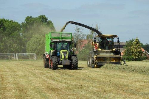 Gras hakselen  https://youtu.be/WFV1uVumlYI. Geplaatst door pekkerietfan op 15-12-2019 om 11:03:33, op TractorFan.nl - de nummer 1 tractor foto website.