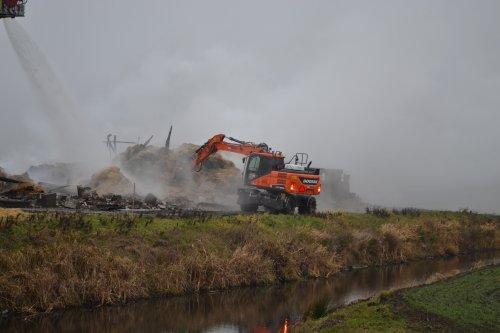 Foto van een Doosan DX160W (kraan). Geplaatst door Lucas Ensing op 02-01-2020 om 23:32:21, op TractorFan.nl - de nummer 1 tractor foto website.