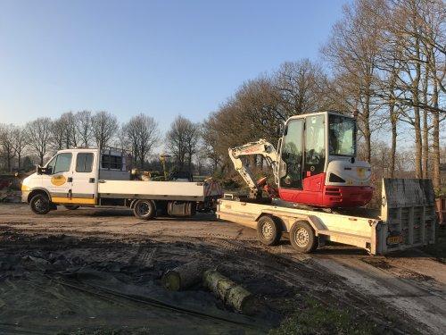 Foto van een Takeuchi TB 230 (graafmachine). Past mooi zo. Precies 3500 kg achter de Iveco.. Geplaatst door Fast Eddy op 07-02-2020 om 20:34:54, op TractorFan.nl - de nummer 1 tractor foto website.