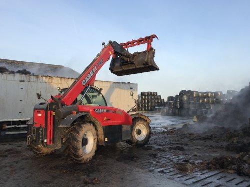 Foto van een Case IH Farmlift 742 (Verreiker) bezig met mest laden.. Geplaatst door Valtrapowerr op 29-02-2020 om 13:55:14, met 14 reacties.