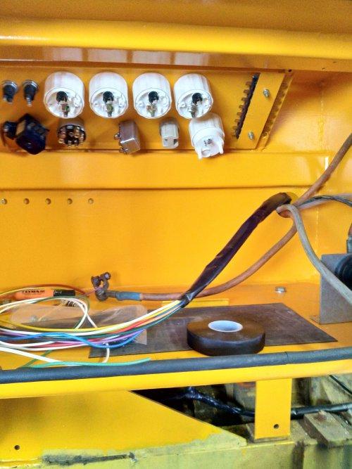 Installeren van instrumenten paneel van een  International Payloader H-30 B (shovel). Geplaatst door nicovs op 03-05-2020 om 10:26:00, op TractorFan.nl - de nummer 1 tractor foto website.