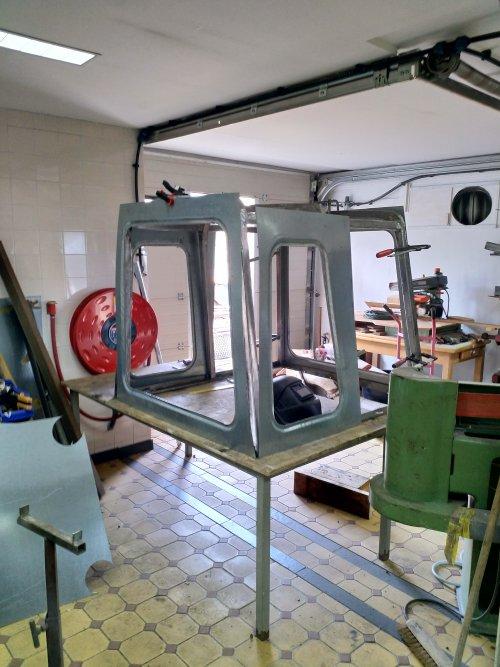 Installeren van panelen van de cabine voor een International Payloader H-30 B (shovel). Geplaatst door nicovs op 03-05-2020 om 10:26:05, op TractorFan.nl - de nummer 1 tractor foto website.