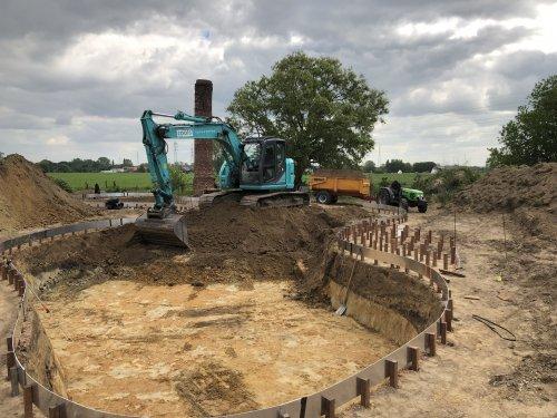 Uitgraven van zwemvijver met Kobelco SK 140 SLRC. Wegrijden van grond doen we met onze deutz agrocompact.