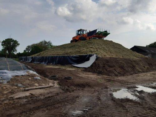 Foto van een Doosan  DL200 op de kuil gisteren. Dit is 50 hectare, een deel van de eerste snede van die boer. Het bracht nogal wat aan allemaal.