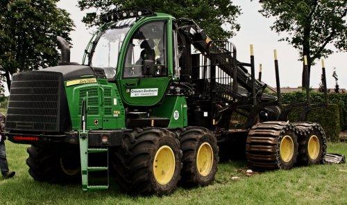 Foto van een John Deere 1110E  (forwarder). Geplaatst door nbomers op 29-05-2016 om 00:58:44, op TractorFan.nl - de nummer 1 tractor foto website.