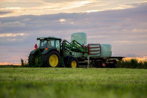 Mts Beijaard (Buren Ameland) op de foto met een John Deere  6090RC serie.. Geplaatst door Marinus1020 op 30-07-2016 om 21:56:09, op TractorFan.nl - de nummer 1 tractor foto website.