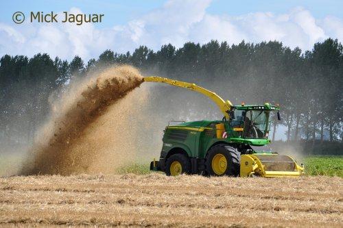 John Deere 8400i bezig met stro hakselen. Loonbedrijf Paridaen uit Sint Kruis (NL). Geplaatst door Mick Jaguar op 28-08-2016 om 14:02:16, op TractorFan.nl - de nummer 1 tractor foto website.