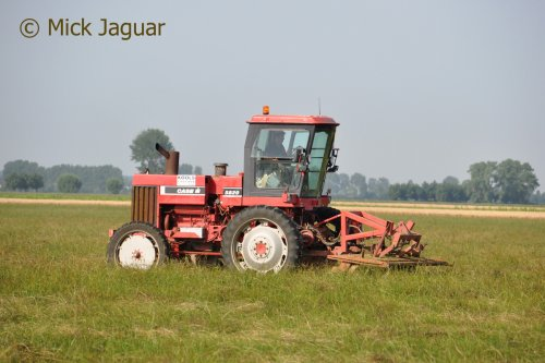 John Deere 5820, vermomd als Case IH, met Kuhn schijvenmaaier, bezig met graszaad te maaien. Loonbedrijf Kools uit Cadzand (NL)  Filmpje? -> https://www.tractorfan.nl/movie/45860/