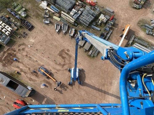 Foto vanuit de mand van een genie ZX135 op een kleine 42m hoogte. Op het werk paar nieuwe machines aan het testen. Maximale hoogte hoort daar ook bij 😁