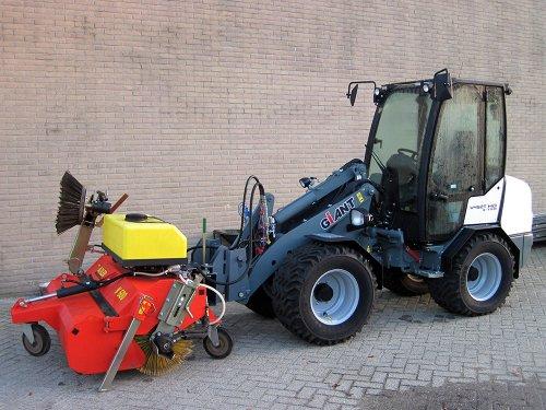 Foto van een Giant 452T met veegbezem. Geplaatst door A.H.S. op 06-01-2020 om 10:25:47, op TractorFan.nl - de nummer 1 tractor foto website.