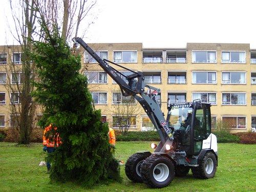 Foto van een Giant 452T plaatsen van een kerstboom in houder in de grond.. Geplaatst door A.H.S. op 07-01-2020 om 13:02:53, op TractorFan.nl - de nummer 1 tractor foto website.