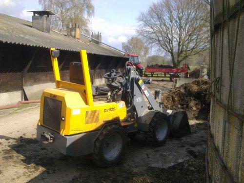 Foto van een Giant D262S, bezig met mest laden.. Geplaatst door GrolschZetor op 09-04-2010 om 21:00:06, met 5 reacties.
