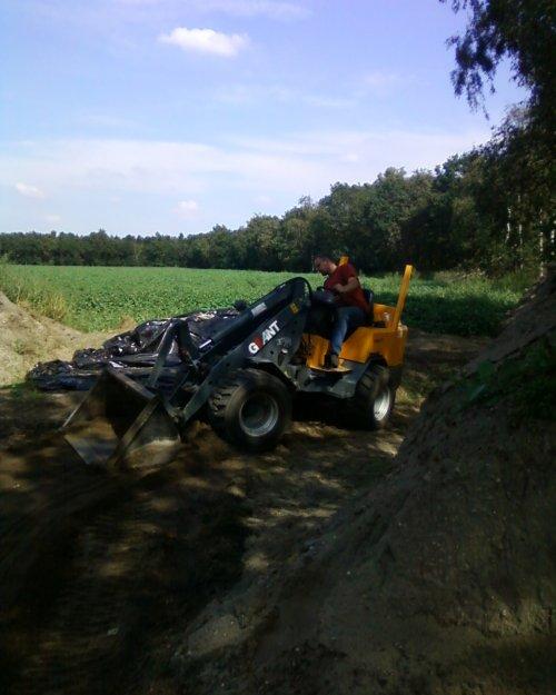 Ons pap laaie en ik zand wegbrenge. Geplaatst door PaulJansen op 02-11-2010 om 19:27:17, met 4 reacties.