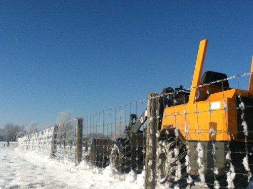 Foto van een Giant V361, bezig met sneeuw shuiven toppertje. Geplaatst door ih744-s op 08-12-2012 om 11:43:12, op TractorFan.nl - de nummer 1 tractor foto website.