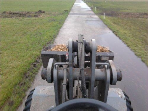 Foto van een Giant V4501T, bezig met voeren.. Geplaatst door jellehoekstra op 30-12-2012 om 16:55:23, met 4 reacties.