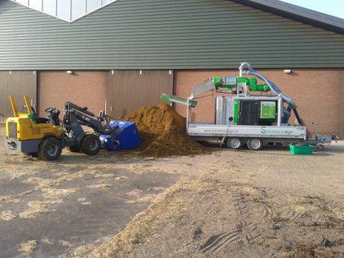 Foto van een Giant D262, bezig met poseren bij de mestscheider van van Schothorst agri.. Geplaatst door ricooo12 op 22-07-2013 om 16:33:03, met 5 reacties.
