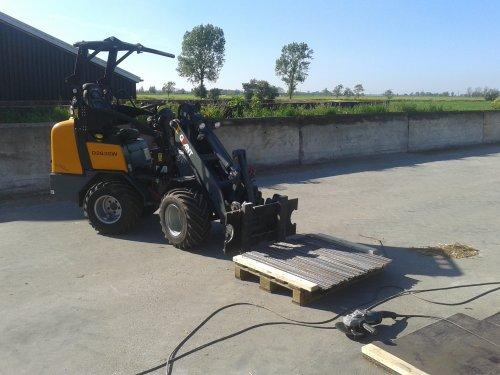 Foto van een Giant D263, bezig met poseren. ff betonijzer op stukken van een meter wezen slijpen. Geplaatst door ricooo12 op 18-05-2014 om 16:06:33, op TractorFan.nl - de nummer 1 tractor foto website.