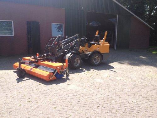 Foto van een Giant V361, bezig met poseren.. Geplaatst door MF-power op 08-09-2014 om 11:21:13, op TractorFan.nl - de nummer 1 tractor foto website.