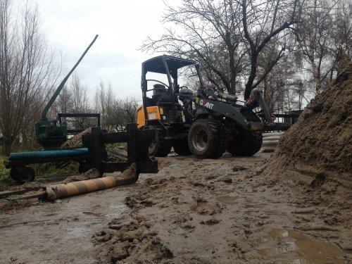 Foto van een Giant V4501T, druk bezig met Dumperen.. Geplaatst door Lkkdanny op 16-01-2015 om 12:33:12, op TractorFan.nl - de nummer 1 tractor foto website.