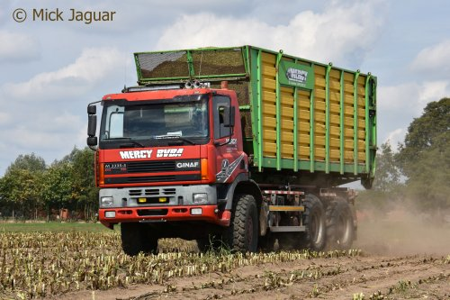 GINAF M3335-S maistruck met Joskin silagebak, Loonwerken Mercy bvba uit Sint-Laureins. Geplaatst door Mick Jaguar op 23-11-2018 om 12:34:23, op TractorFan.nl - de nummer 1 tractor foto website.