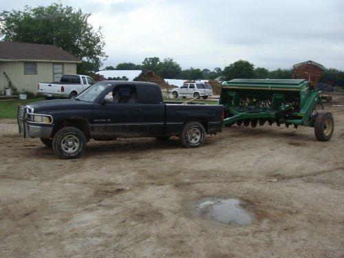 Foto van een Great Plains zaaimachine die ik in Texas even naar de plaatselijke mekanieker heb gebracht om terug in orde te zetten.al weer een jaar of 10 geleden.