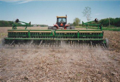 Geef een leuke beschrijving van deze foto!  great plains 24 feet  soja bonen zaai machine . voort getrokken door een Versatile 835 . Ik heb er zelf destijds ook een aantal hectares mee mogen zaaien .