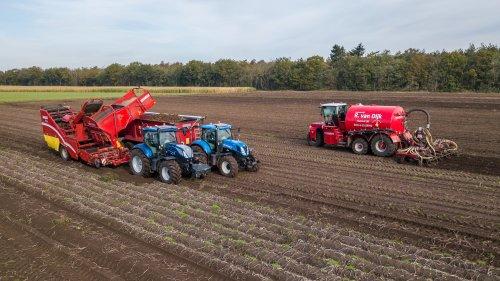 Akkerbouw bedrijf Van der Heijden uit Soerendonk aardappels aan het rooien met hun T7.225 en Grimme rooier. Onmiddelijk nadat de aardappels uit de grond waren werd er als door de Vervaet digestaat op gereden.