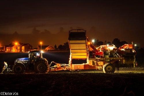 Foto van een Grimme SE 150-60, bezig met aardappels rooien.. Geplaatst door dieter1086 op 24-09-2014 om 20:17:52, met 3 reacties.