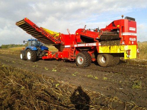 Foto van een Grimme SE 150-60, druk bezig met Aardappels rooien. Stage. Geplaatst door henkieturbo op 27-10-2014 om 22:57:15, met 3 reacties.