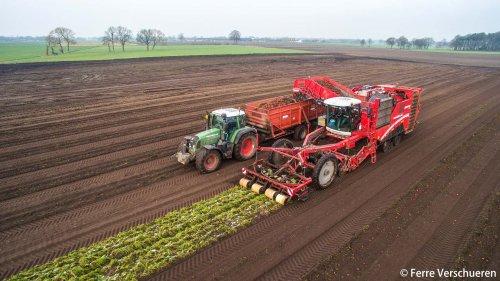 Loonbedrijf Van Eijck winterwortelen aan het rooien op deze koude winterdagen met hun Grimme Varitron 470. (2015)