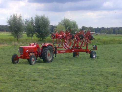Foto van een Guldner G45S, bezig met gras schudden.. Geplaatst door guldner75 op 15-08-2008 om 19:34:39, met 10 reacties.