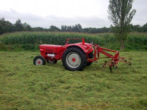 Foto van een Guldner G30S, bezig met gras schudden.. Geplaatst door Palletje op 23-08-2010 om 21:10:19, op TractorFan.nl - de nummer 1 tractor foto website.