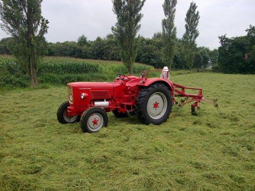 Foto van een Guldner G30S, bezig met gras schudden.. Geplaatst door Palletje op 23-08-2010 om 21:10:26, met 2 reacties.