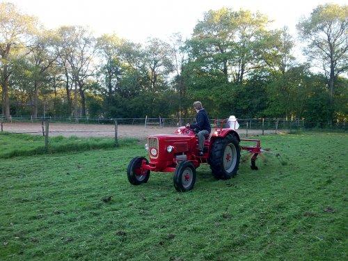 Foto van mijn Guldner G30S, bezig met gras schudden.. Geplaatst door Palletje op 03-03-2011 om 20:30:38, met 5 reacties.