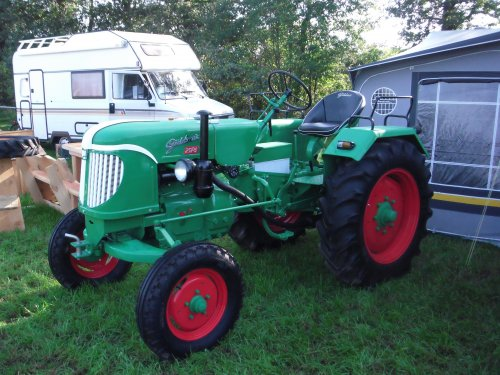 Foto van een Guldner 25 PS, bezig met poseren. Gisteren naar Meddo geweest. Veel mooie tractoren, auto's motoren, brommers en vrachtwagens gezien. Foto's van tractoren kan ik hier plaatsen. Voor de andere foto's kun je kijken op https://picasaweb.google.com/108257396064160884428/SCAOldtimerfestivalMeddo16092012?noredirect=1#  Het is een 25PS. Even helpen verplaatsen.