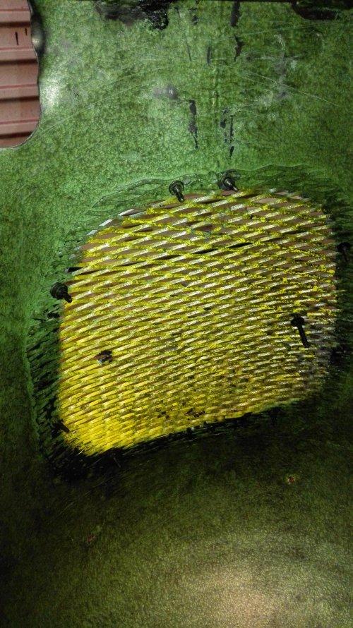 Grappig detail aan de binnenkant van de motorkap van de TL13. De grill ja geel, maar de rand is groen.. Blijkbaar dus eerst de grill gemonteerd en toen pas gespoten?