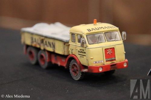 Foto van een Henschel onbekend/overig van Viktor Baumann GmbH & Co. KG (Bornheim) ×, opgebouwd voor speciaal transport.   Voor meer Mini-Bauma, zie ook dit filmpje:  https://www.youtube.com/watch?v=DUUrWyFoIDQ
