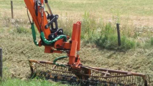 Foto van een Herder Maaikorf een eigenbouw systeem van de aan nemer die de beek maaide. De kipfunctie van de snelwissel wordt tijdens het sloten maaien niet meer gebruikt