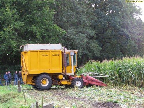 Foto van een Hesston Field Queen 7655 , met oldtimers maishakselen op 8-10-2017 in Dalen. Geplaatst door oldtimergek op 12-10-2017 om 22:02:31, op TractorFan.nl - de nummer 1 tractor foto website.