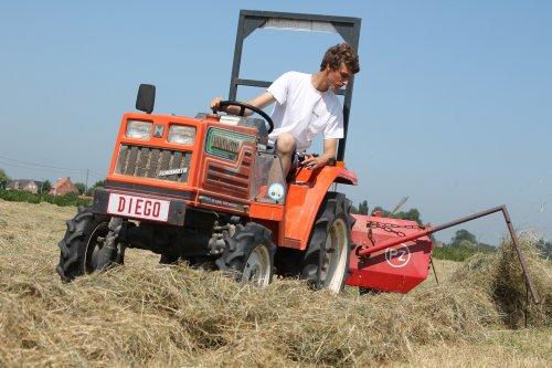 Foto van een Hinomoto  N 179, bezig met gras harken.. Geplaatst door TractorFreakDiego op 10-09-2013 om 18:13:17, met 2 reacties.